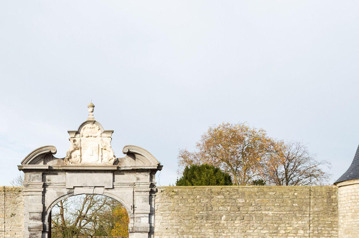 Boven de toegangspoort prijkt nog het wapenschild van de familie van Brandenburg